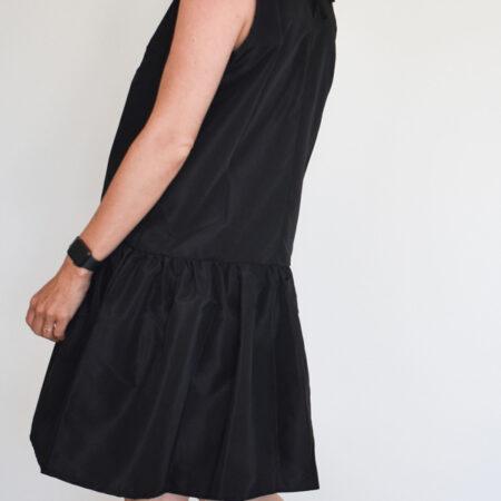 Oversized sort kjole i eksklusivt taft uden ærmer med fine detaljer