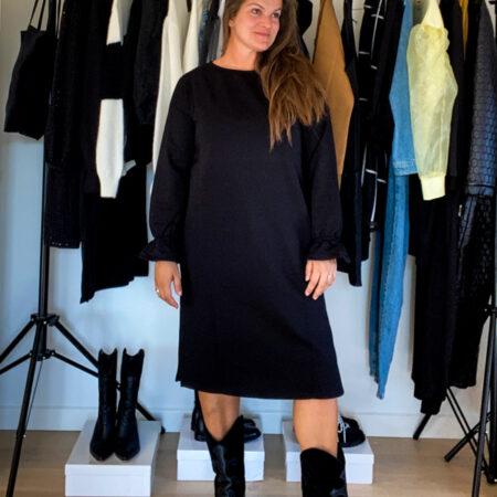 Oversized sort kjole i eksklusivt bomuld med fine detaljer