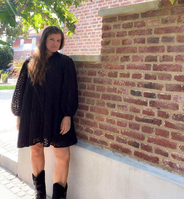 Sort broderie anglaise oversized kjole med volumeærmer