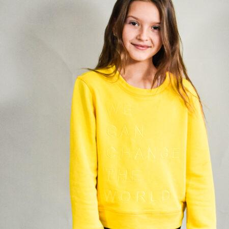 Gul sweatshirt til tweenpiger i et cool enkelt design,
