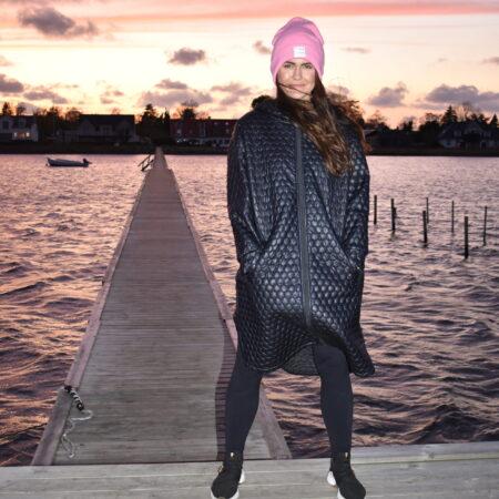 Sort oversized frakke og overgangsjakke i quiltet termo med stræk
