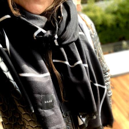 Blødt Cashmere uldtørklæde i gittermønster i sort/hvid