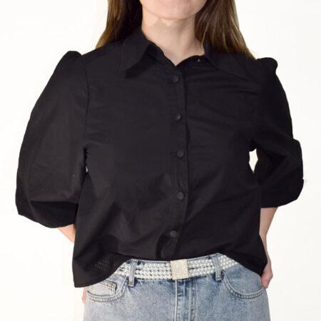 Sort kort skjorte med pufærmer og volume i et feminint snit