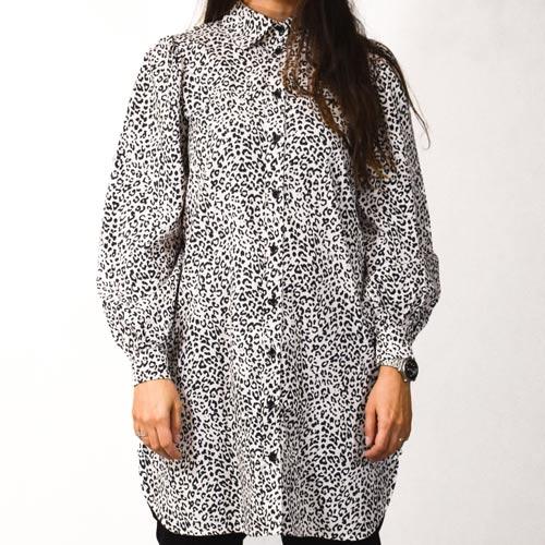 Leopardprintet oversized kjole med pufærmer og volume i et feminint snit