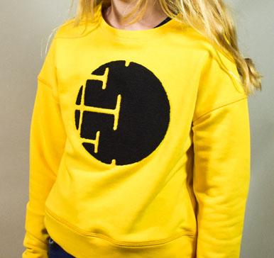Gul lækker sweatshirt med sort broderi til Tweenpiger,