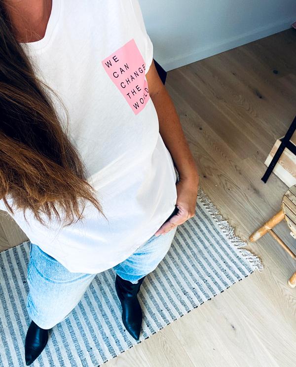 Hvid t-shirt i bomuld med pastelpink statement på brystet