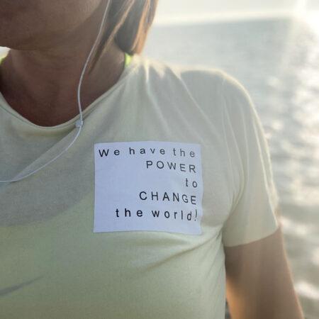 Pastelgul t-shirt i bomuld med statement på brystet
