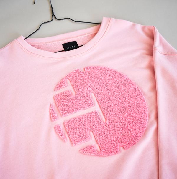 Pastelpink broderet Sweatshirt med neonpink broderi på brystet