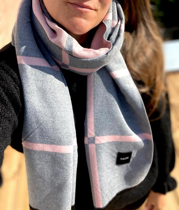 Blødt Cashmere uldtørklæde i gittermønster i rosa/grå
