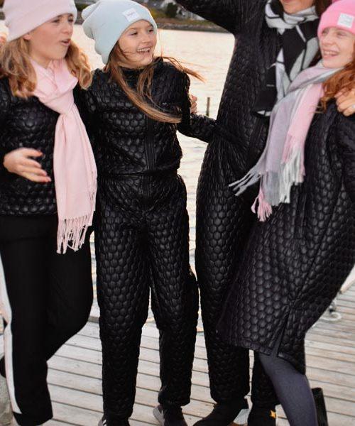 jumpsuit-til-teenager-sort-quiltet-buksedragt-til-udendørs-brug